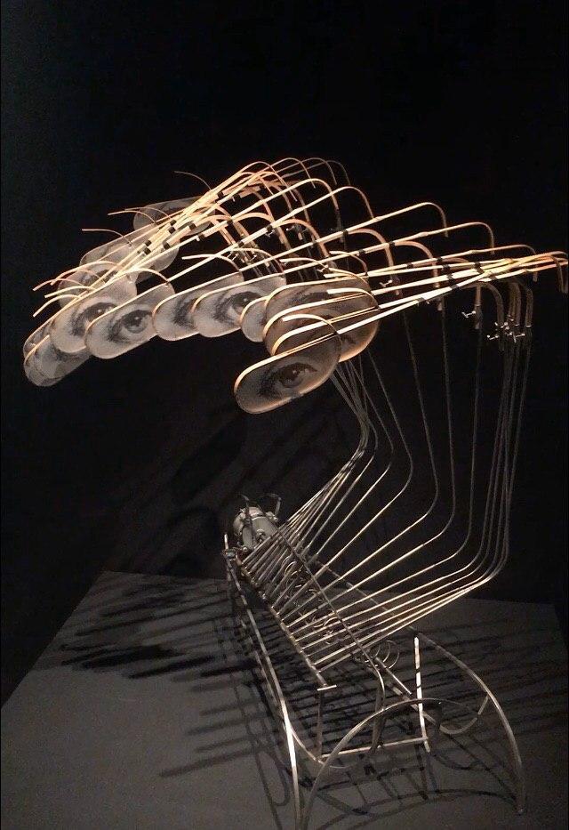 """Кинетический искусство """"Волна"""" из нержавеющей стали, бамбука, кальки и электродвигателя. Создан Владимиром Мартиросовым."""