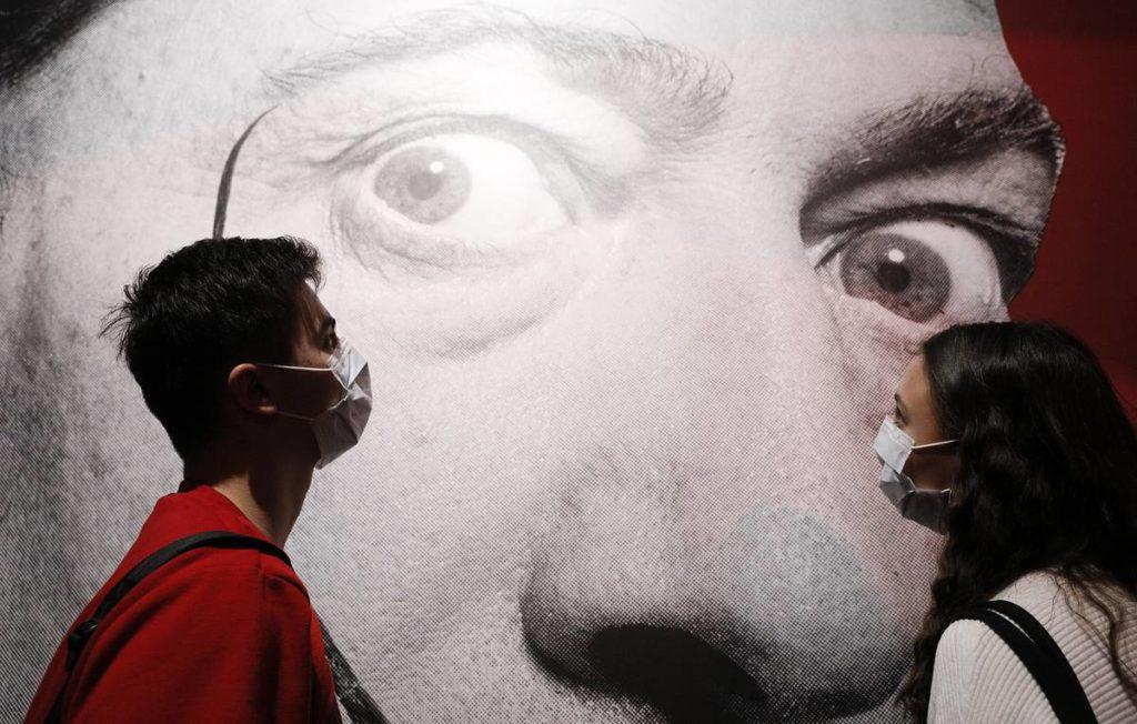 Посетители выставки Сальвадора Дали в Московском Манеже. Она закрылась досрочно. Причиной стал коронавирус.