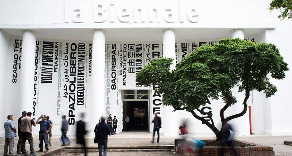 На Венецианской биеннале куратор ежегодно представляют свои работы